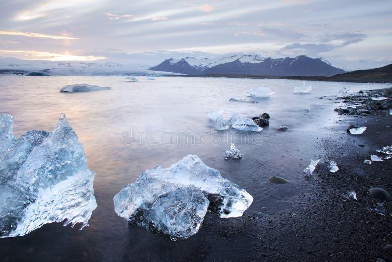 Χοντρά κομμάτια πάγου στην παγετώδη λιμνοθάλασσα Jokulsarlon στο ηλιοβασίλεμα στην Ισλανδία στοκ εικόνα