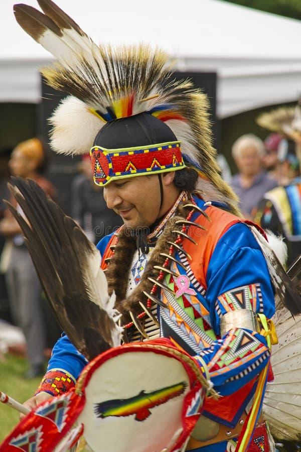 Χορευτές αμερικανών ιθαγενών μια ηλιόλουστη ημέρα στοκ φωτογραφίες