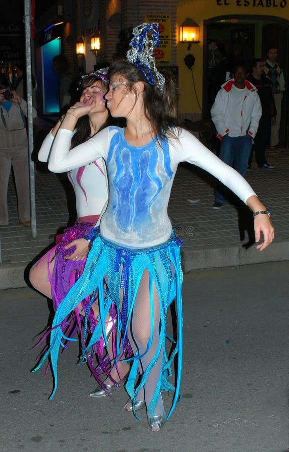Χορευτές καρναβαλιού στην οδό κατά τη διάρκεια της παρέλασης τριών βασιλιάδων, Λα Cala de Mijas, Ισπανία στοκ φωτογραφία