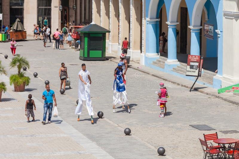 Χορευτές οδών και περιπατητές ξυλοποδάρων στην Αβάνα στοκ εικόνες με δικαίωμα ελεύθερης χρήσης