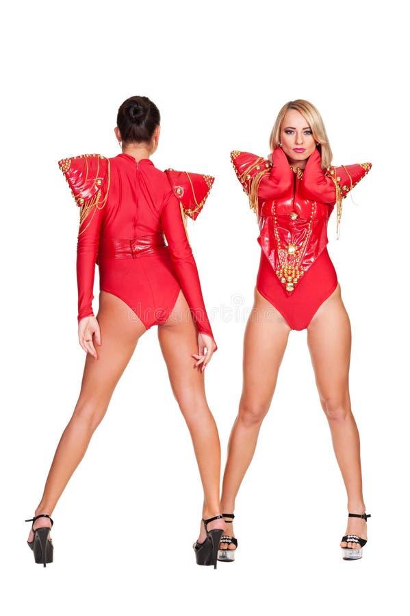 Χορευτές στο κόκκινο σκηνικό κοστούμι στοκ φωτογραφία με δικαίωμα ελεύθερης χρήσης