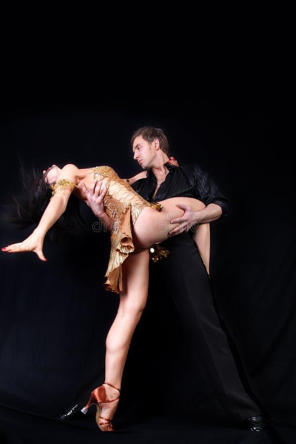 Χορευτές στο μαύρο κλίμα στοκ εικόνα
