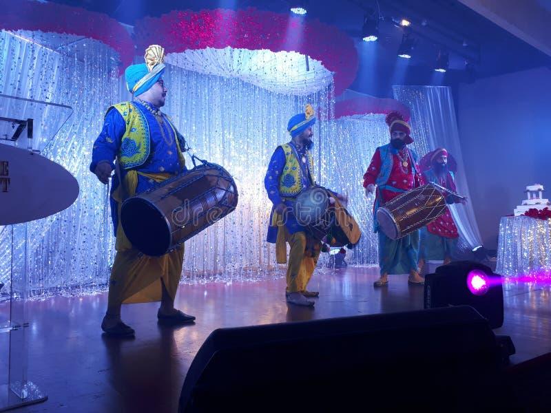 Χορευτές Bhangra που αποδίδουν στη σκηνή στοκ φωτογραφίες με δικαίωμα ελεύθερης χρήσης