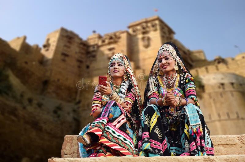 Χορευτές Kalbelia στην παραδοσιακή ενδυμασία έξω από το οχυρό Jaisalmer στοκ εικόνες