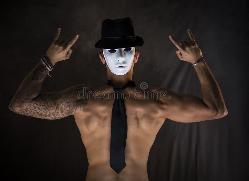 Χορευτής ή δράστης ατόμων γυμνοστήθων με την ανατριχιαστική, τρομακτική μάσκα στο πίσω μέρος του κεφαλιού του στοκ εικόνες