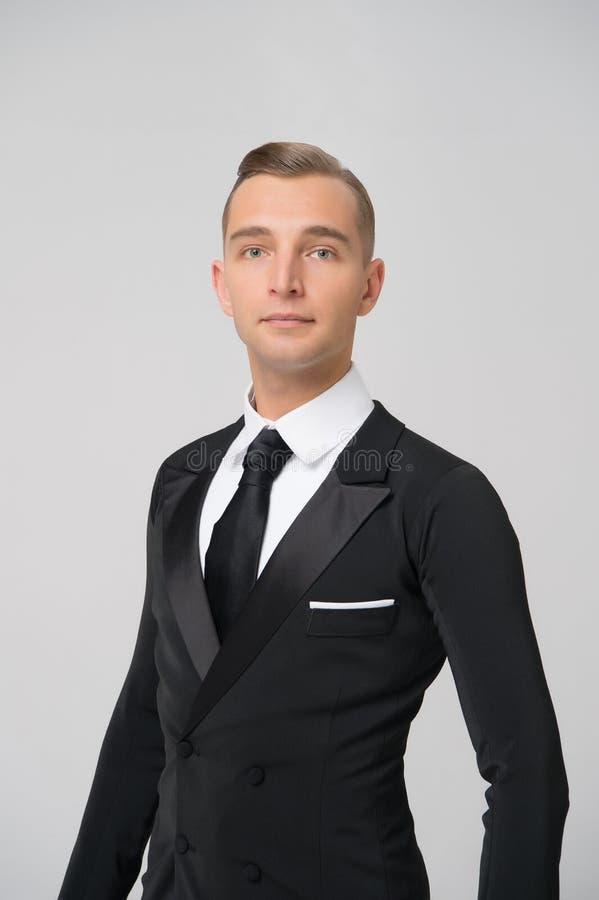 Χορευτής αιθουσών χορού στο μοντέρνο σμόκιν Άτομο στο κομψό κοστούμι με το δεσμό Ο νεόνυμφος έντυσε για τον εορτασμό γάμου ή διακ στοκ φωτογραφία