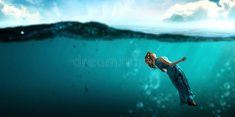 Χορευτής γυναικών στο σαφές μπλε νερό στοκ φωτογραφία