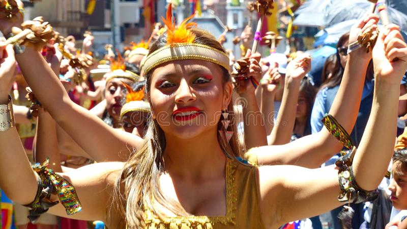 Χορευτής γυναικών dressesd ως Inca στην παρέλαση Cuenca, Ισημερινός στοκ φωτογραφίες