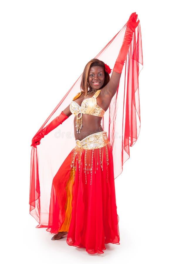 χορευτής κοιλιών αφροαμερικάνων που θέτει το πέπλο στοκ φωτογραφίες