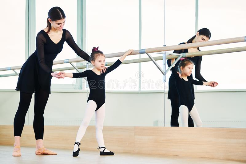 Χορευτής μπαλέτου που εκπαιδεύει λίγο κορίτσι ballerina στοκ φωτογραφίες με δικαίωμα ελεύθερης χρήσης