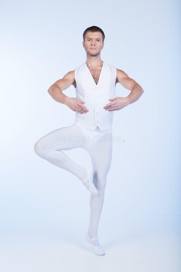 Χορευτής μπαλέτου που στέκεται με τα στρογγυλά χέρια. στοκ φωτογραφία με δικαίωμα ελεύθερης χρήσης