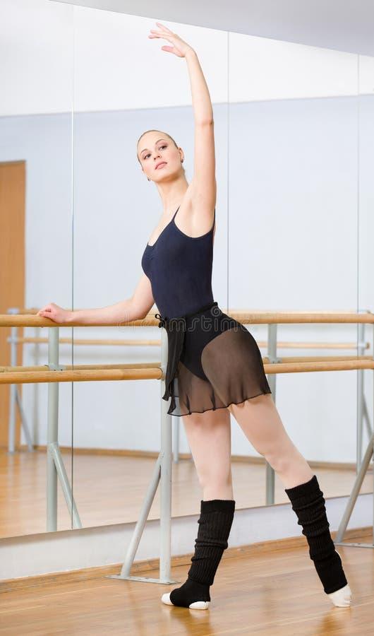 Χορευτής μπαλέτου που χορεύει κοντά στην μπάρα στη χορεύοντας αίθουσα στοκ εικόνες με δικαίωμα ελεύθερης χρήσης