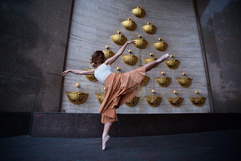 Χορευτής μπαλέτου στην οδό πόλεων στοκ φωτογραφία
