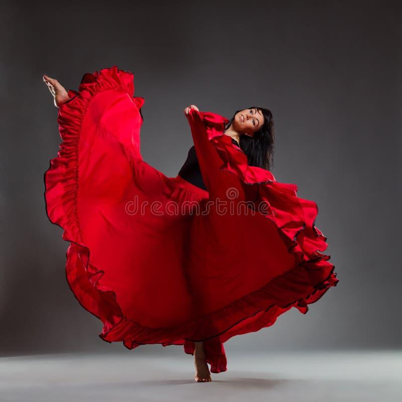 Χορευτής στο κόκκινο φόρεμα στοκ εικόνες