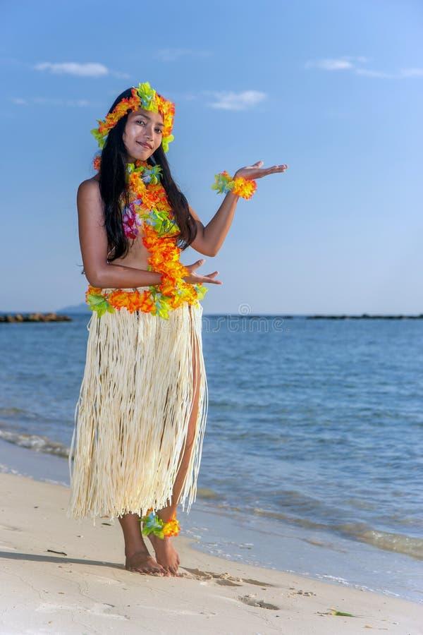 Χορευτής της Χαβάης Hula που χορεύει στην παραλία στοκ εικόνες