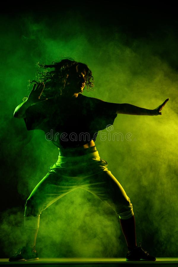 Χορευτής zumba σκιαγραφιών με το υπόβαθρο καπνού στοκ εικόνες με δικαίωμα ελεύθερης χρήσης