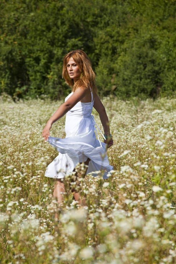 χορεύοντας άγρια γυναίκ&alph στοκ εικόνες