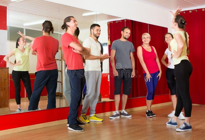 Χορεύοντας άνθρωποι διδασκαλίας εκπαιδευτικών στοκ εικόνα με δικαίωμα ελεύθερης χρήσης
