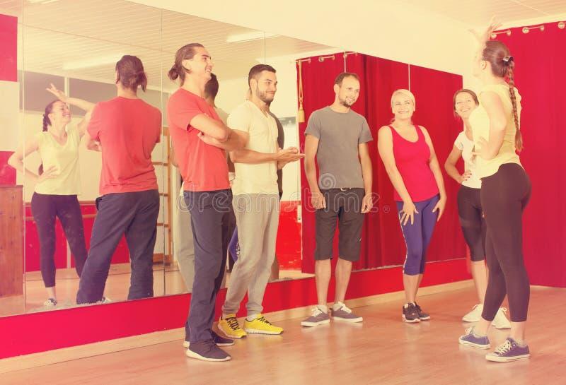 Χορεύοντας άνθρωποι διδασκαλίας εκπαιδευτικών στοκ εικόνες