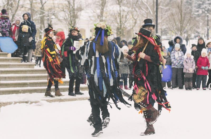 Χορεύοντας άνθρωποι στα ζωηρόχρωμα κοστούμια στοκ εικόνες
