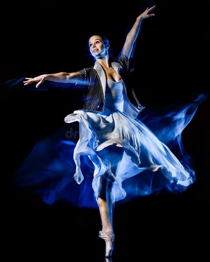 Χορεύοντας απομονωμένο γυναίκα μαύρο bacground χορευτών μπαλέτου Odern στοκ εικόνες