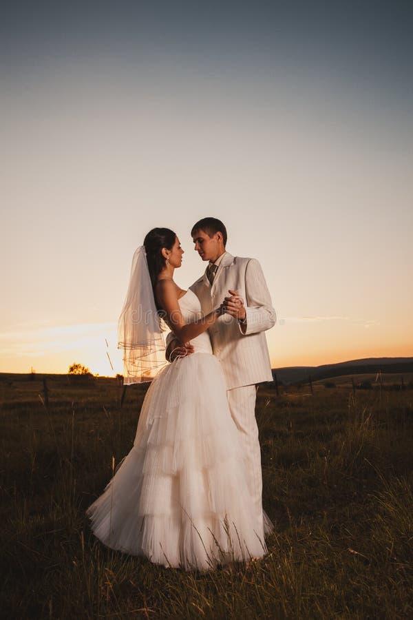 Χορεύοντας γαμήλιο ζεύγος στοκ φωτογραφίες με δικαίωμα ελεύθερης χρήσης