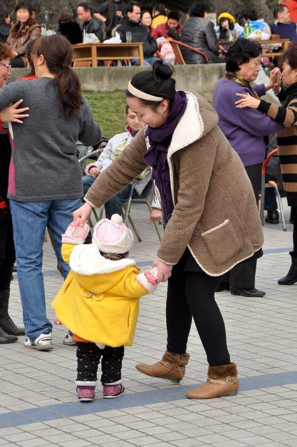 χορεύοντας γιος pengzhou μητέρων της Κίνας στοκ εικόνες