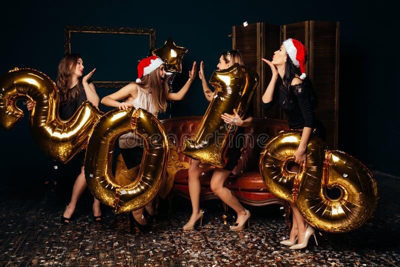 Χορεύοντας κορίτσια στο νέο κόμμα έτους στοκ φωτογραφία