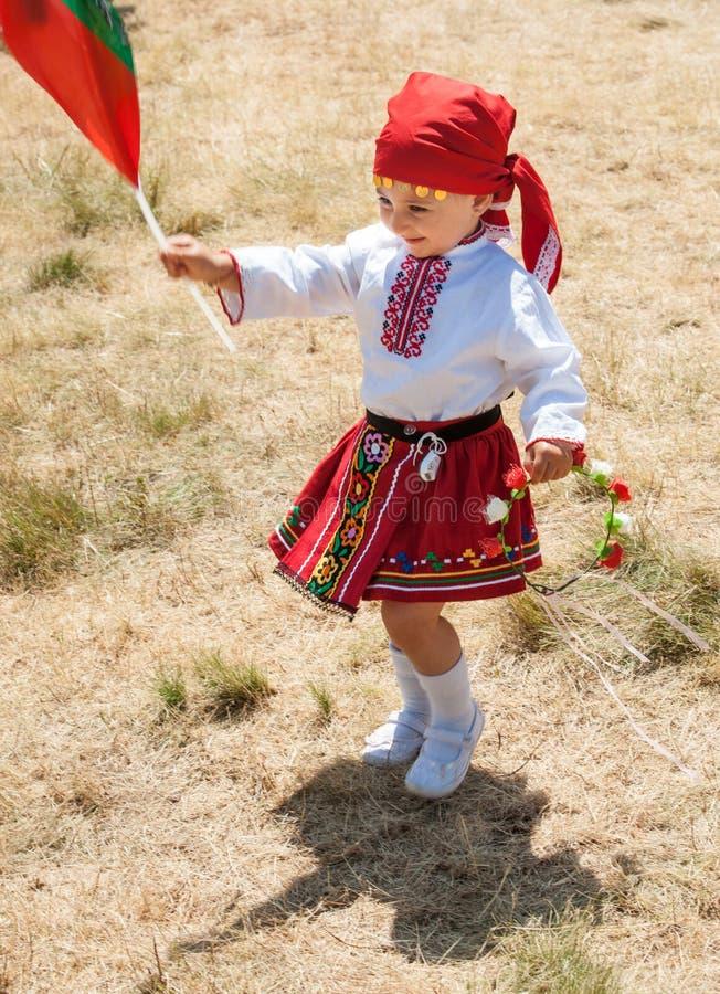Χορεύοντας κορίτσι στο εθνικό κοστούμι στο φεστιβάλ bolgaskom Rozhen 2015 στοκ φωτογραφίες με δικαίωμα ελεύθερης χρήσης