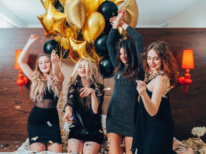 Χορεύοντας μπαλόνια κομμάτων κρεβατιών διασκέδασης πολυσύχναστων μερών κοριτσιών στοκ εικόνες