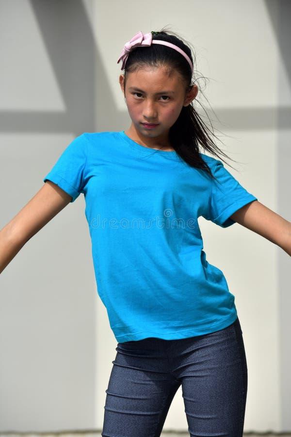 Χορεύοντας νεανικός ασιατικός έφηβος κοριτσιών στοκ φωτογραφίες