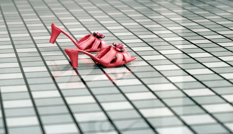 Χορεύοντας παπούτσια της κόκκινης γυναίκας σε ένα checkerboard γυαλιού πιάτο Ένα παραμύθι στο themepark στοκ φωτογραφία με δικαίωμα ελεύθερης χρήσης