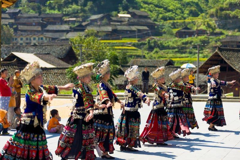 Χορεύοντας του χωριού τετράγωνο κοστουμιών φεστιβάλ γυναικών Miao στοκ εικόνες