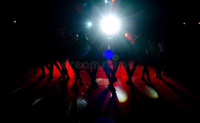 χορεύοντας όμορφη γυναίκ&a στοκ εικόνες με δικαίωμα ελεύθερης χρήσης