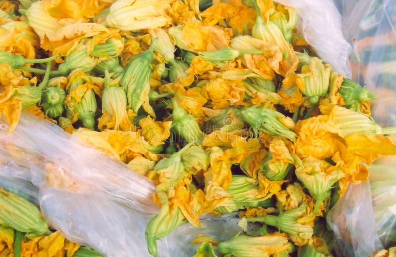 Download χορτάρια κίτρινα στοκ εικόνα. εικόνα από αγορά, αγρότες - 122393
