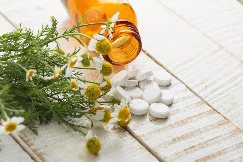 Χορτάρια και μπουκάλι με τα φάρμακα. Ομοιοπαθητική έννοιας. στοκ εικόνες