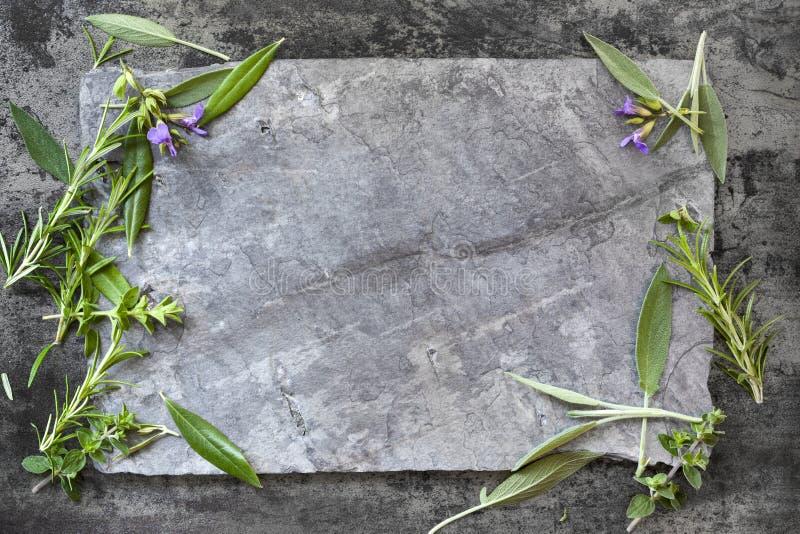 Χορτάρια υποβάθρου τροφίμων στη σκοτεινή πλάκα στοκ εικόνες