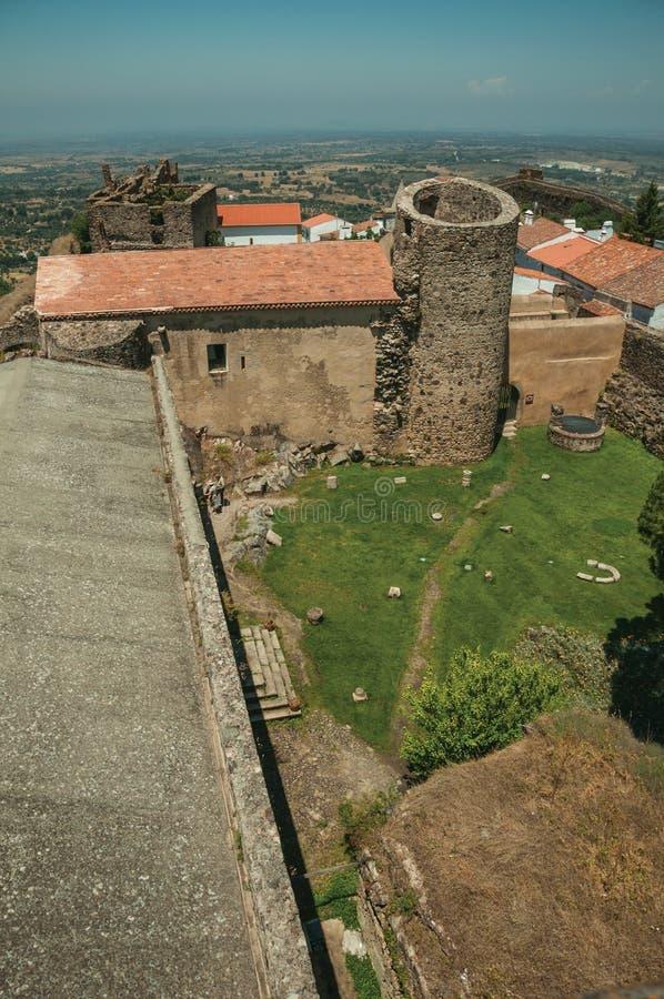 Χορτοτάπητας στο κεντρικό προαύλιο κάστρων μεταξύ των τοίχων και του πύργου πετρών στοκ φωτογραφία