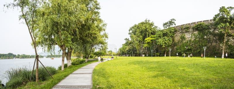 χορτοτάπητας όχθεων της λίμνης και τοίχος πόλεων δυναστείας Ming στοκ εικόνες με δικαίωμα ελεύθερης χρήσης