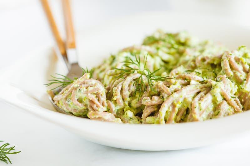 Χορτοφάγα νουντλς Soba με το πράσινο pesto σάλτσας μπρόκολου στο whi στοκ εικόνες