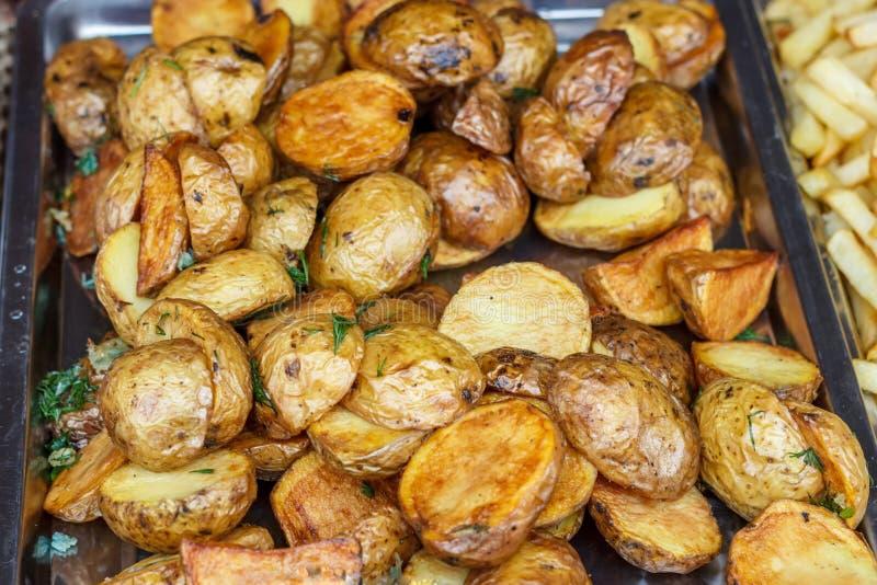 Χορτοφάγα οβελίδια με τις πατάτες που μαγειρεύονται στη σχάρα στοκ εικόνα