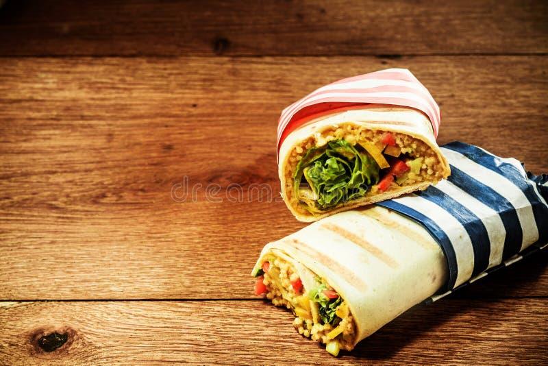 Χορτοφάγα ψημένα στη σχάρα περικαλύμματα Burrito κουσκούς στοκ εικόνες με δικαίωμα ελεύθερης χρήσης