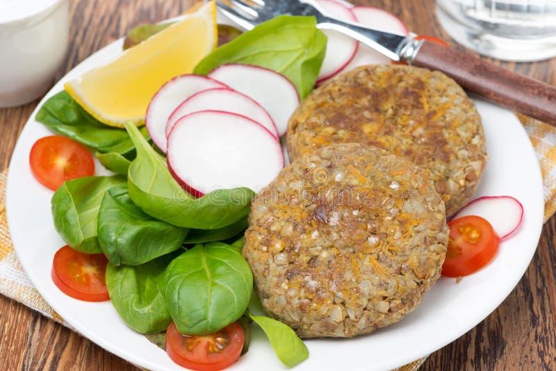 Χορτοφάγα cutlets με τη φρέσκια σαλάτα στο πιάτο στοκ εικόνες