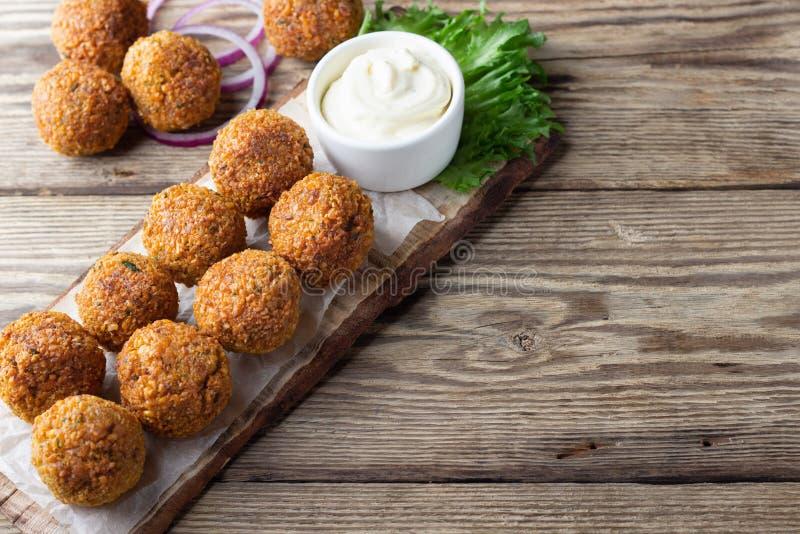 Χορτοφάγες chickpeas falafel σφαίρες στον ξύλινο αγροτικό πίνακα Παραδοσιακά αραβικά τρόφιμα στοκ εικόνα