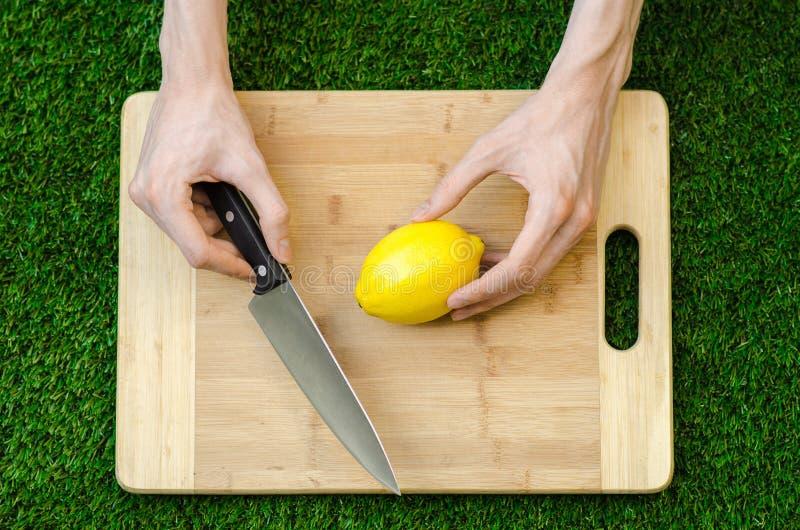 Χορτοφάγοι και μαγείρεμα στη φύση του θέματος: να βρεθεί σε ένα τέμνον λεμόνι πινάκων και μαχαιριών - κίτρινο στο υπόβαθρο της χλ στοκ εικόνες