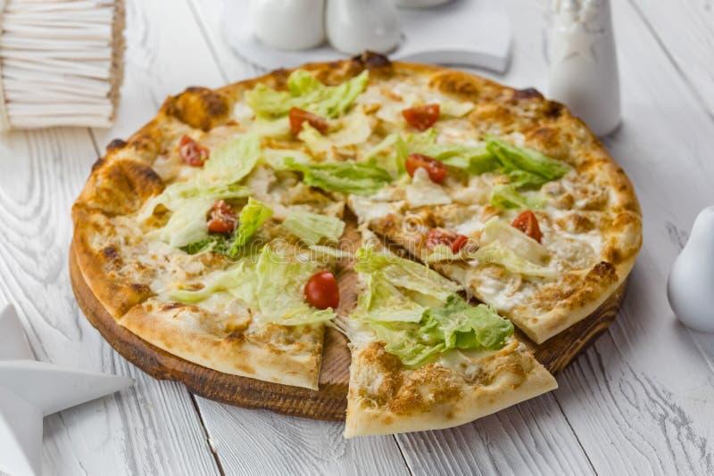 Χορτοφάγος πίτσα με τις ντομάτες, το τυρί και τη σαλάτα στοκ εικόνα