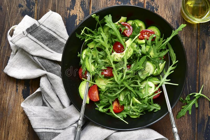 Χορτοφάγος πράσινη σαλάτα με το arugula, αγγούρι, ντομάτα κερασιών και στοκ φωτογραφίες