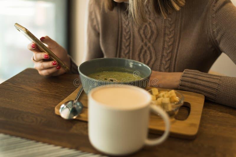 Χορτοφάγος πράσινη σούπα μπρόκολου στοκ φωτογραφίες