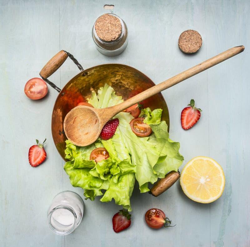 Χορτοφάγος σαλάτα συστατικών με τη φράουλα, ντομάτες κερασιών, λεμόνι, καρυκεύματα, υγιή τρόφιμα, τοπ άποψη στοκ εικόνες
