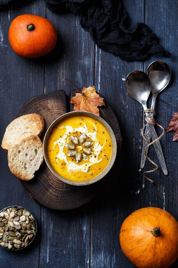 Χορτοφάγος σούπα κρέμας κολοκύθας Φθινοπωρινή σούπα κολοκύθας Η κατ' οίκον γίνοντη κολοκύθα αποβουτυρώνει τη σούπα που διακοσμείτ στοκ φωτογραφία με δικαίωμα ελεύθερης χρήσης